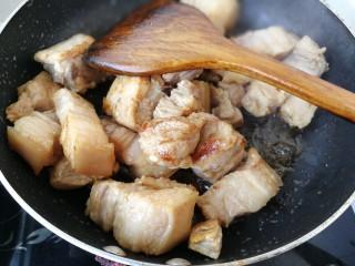 #那一抹家乡味#妈妈菜干豆角烧肉,中火翻炒至,皮肉紧实,微微泛白