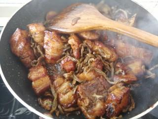#那一抹家乡味#妈妈菜干豆角烧肉,中火翻炒五分钟左右,让干豆角充分吸收肉汁。