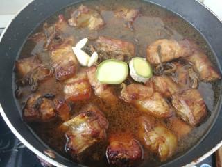 #那一抹家乡味#妈妈菜干豆角烧肉,一碗热水,水刚刚没过肉就可以了,加入生姜和蒜瓣。