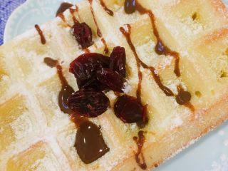 40分钟小白版华夫饼,或者再加点炼乳,还有蓝莓或者其他的果脯果仁点缀。
