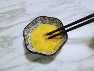 #万圣节#女巫手指饼干,将鸡蛋用筷子打散备用。(我用的草鸡蛋比较小约35g)