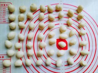 #万圣节#女巫手指饼干,静止后的面团分成约6 g的小圆球。