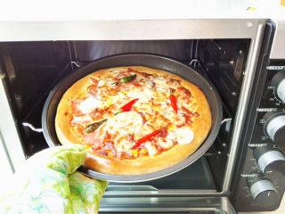海陆至尊披萨,出炉即可食用。
