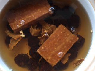 黑枣田蟹酒,把黑枣姜片红糖一起放入砂锅内烧10分钟