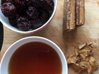 黑枣田蟹酒,材料准备:黑枣洗净备用