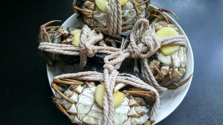 清蒸大闸蟹,将每一个螃蟹肚皮上塞一块生姜,这样可以去腥。