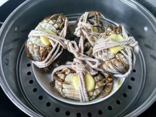 清蒸大闸蟹,大火蒸25分钟,再焖两分钟。这时,酒香,紫苏香,螃蟹的鲜味,混合在一起,特别好闻。