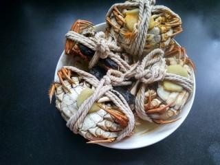 清蒸大闸蟹,已经蒸好了,取出螃蟹,给螃蟹松绑,去掉生姜。