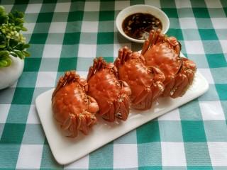 清蒸大闸蟹,装盘 ,配上佐料,可以美美的享用了。