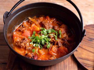 【再添一碗饭】の番茄牛腩锅,最后撒上些香菜碎,来一碗热腾腾的米饭,开动吧!