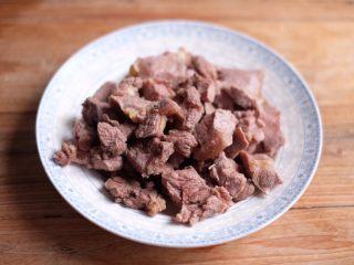 【再添一碗饭】の番茄牛腩锅,牛腩捞出,放在水龙头下,冲净表面浮沫,沥干备用