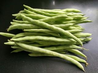 绿色美食+干锅四季豆(微辣),准备好新鲜的四季豆。
