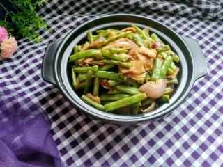 绿色美食+干锅四季豆(微辣),准备一个在酒精炉上可以烧的砂锅或者小铁锅,秋冬季节,一家人围坐桌边,边煮边吃,喝点小酒,暖呼呼的。