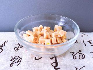 早餐+杂蔬粥 养生粥,将玉米肠切成小块用碗装好