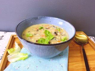 早餐+杂蔬粥 养生粥,用碗装起来撒上少许生菜叶就可以吃了