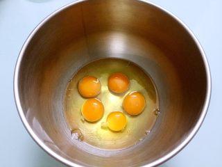 海绵蛋糕,鸡蛋(全蛋)打入无水无油的盆中