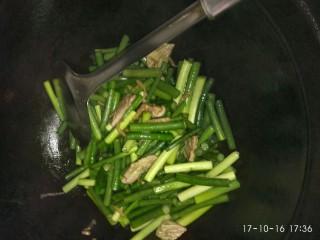 蒜苗炒肉,放入蒜苗翻炒,加入适量开水盖上锅盖两分钟,放入盐即可