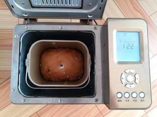 红糖谷物面包,发酵25分钟后,用手指沾面粉在面团上戳洞,基本上不回缩就是发酵好了