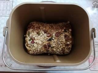 红糖谷物面包,整个面团放入面包桶里,多余的谷物也放进面包桶里