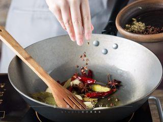 麻辣小龙虾,将八角、香叶、花椒和小茴香依次全部倒入锅中继续小火炒香;