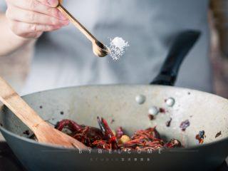 麻辣小龙虾,加入盐、鸡精调味;