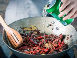 麻辣小龙虾,倒入小龙虾中火炒至变色,然后倒入老抽、生抽和啤酒大火煮开;
