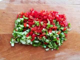 蒜香金针菇(烤箱版),青椒,红椒分别切碎