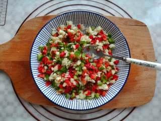 蒜香金针菇(烤箱版),把蒜米,青椒,红椒混合均匀