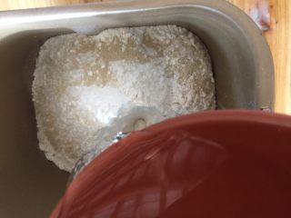 花样馒头之火腿肠卷,将温水倒入面包桶中