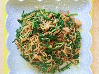 豆芽韭菜炒五花肉,出锅完成!!看着就好吃。