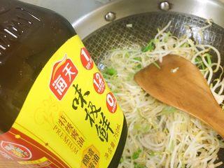 豆芽韭菜炒五花肉,加入味极鲜