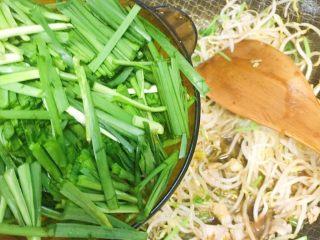 豆芽韭菜炒五花肉,然后下韭菜啦,翻炒一下就关火,否则韭菜老了就口感不好了。