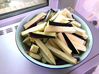 肉末茄子,茄子洗干净切长条