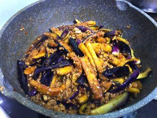 肉末茄子,加入一点水炖五分钟至完全没有汤汁,装盘撒些葱末