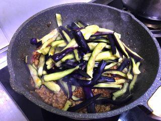 肉末茄子,加入腌好的茄子条