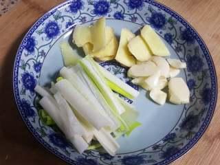 红烧带鱼,7.葱切丝,姜切片,蒜拍碎。