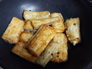 红烧带鱼,9.重新烧热炒锅,将煎好的带鱼段放在炒锅中。