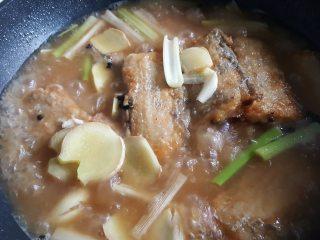 红烧带鱼,12.盖锅盖让水沸腾。