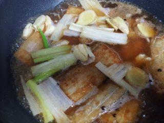 红烧带鱼,11.以汤汁没过带鱼为准。