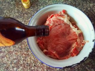 红烧香葱大排,加入料酒