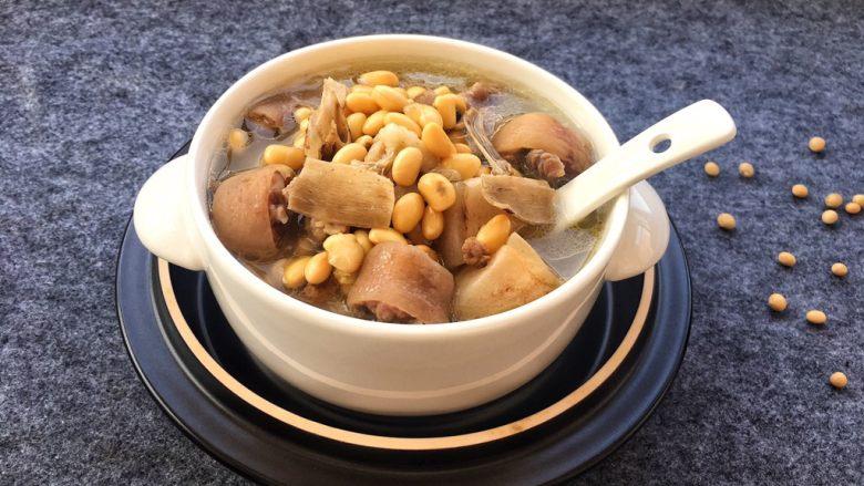美容养生汤~黄豆炖猪尾,一上桌朋友都说非常猪蹄汤好喝,非常香甜。
