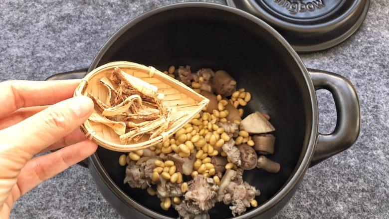美容养生汤~黄豆炖猪尾,倒入五指毛桃根。