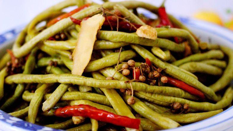 绿色美食+自制酸豆角,酸豆角腌制好了、看看、有木有诱惑到你呢、可以炒着吃、包饺子包子都很棒滴