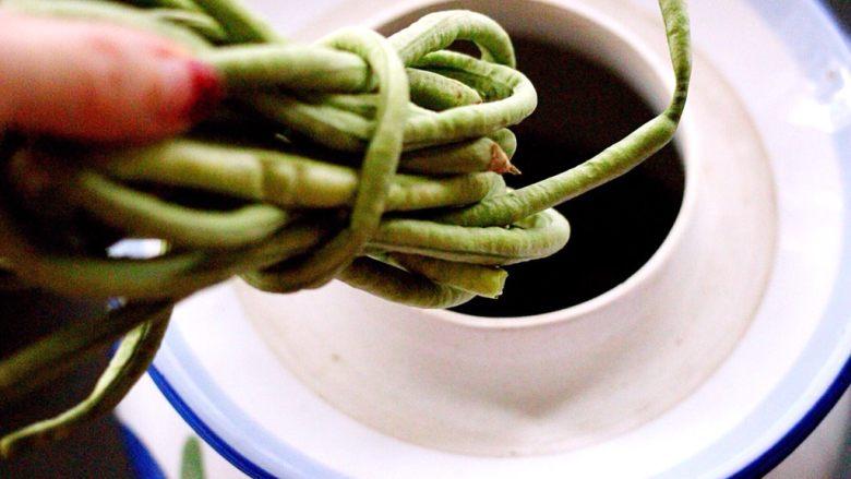 绿色美食+自制酸豆角,加入晾干后的豆角、我是 把豆角卷起来放入罐里的、这样罐罐里面可以节省空间哟、这是小技巧