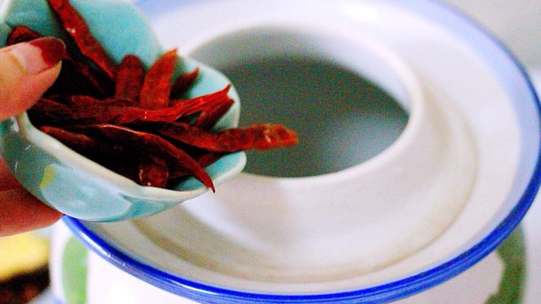 绿色美食+自制酸豆角,腌制豆角的罐罐洗净后再用开水烫洗一遍、腌制豆角的过程不能见油和生水、否则豆角就会起白花或者烂掉的、切记、加入<a style='color:red;display:inline-block;' href='/shicai/ 86474'>干辣椒</a>