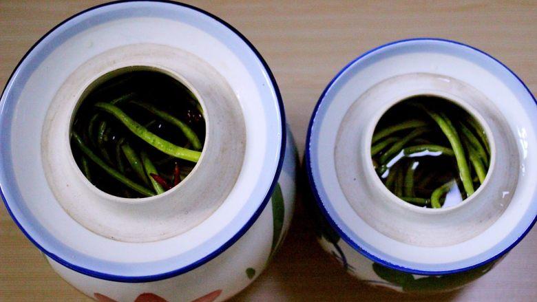 绿色美食+自制酸豆角,把所有的豆角都放入罐罐里面、记住豆角一定要漫过调料水哟、也可以用一根筷子夹住、这样豆角就不会飘上来了