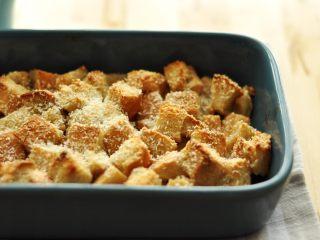 面包布丁 - 老化面包的华丽转身,还可以把主食的面包做成一道甜点--面包布丁,让口感变差的面包重获新生