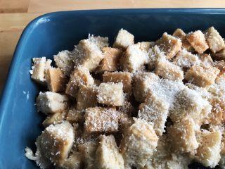 面包布丁 - 老化面包的华丽转身,表面撒上椰蓉,放入180度的烤箱烤30~分钟