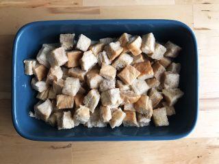面包布丁 - 老化面包的华丽转身,倒入烤盘中
