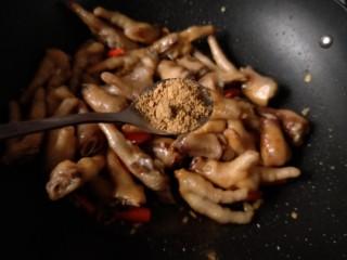 香辣卤鸡爪,加入一小勺十三香。